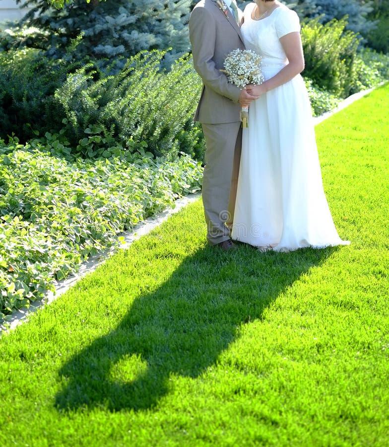 Novia y novio Kissing en felicidad del matrimonio del día de boda imágenes de archivo libres de regalías