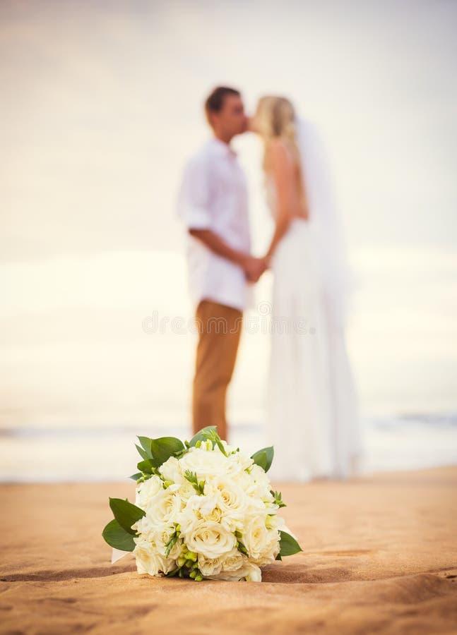 Novia y novio, playa tropical hermosa en la puesta del sol, mA romántico fotografía de archivo