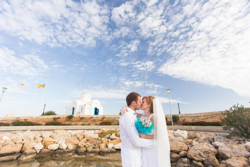 Novia y novio por el mar en su día de boda fotografía de archivo libre de regalías