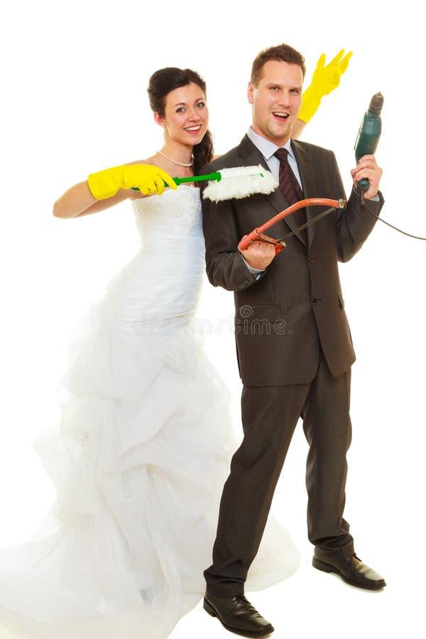 Novia y novio que comparten deberes del hogar imagen de archivo