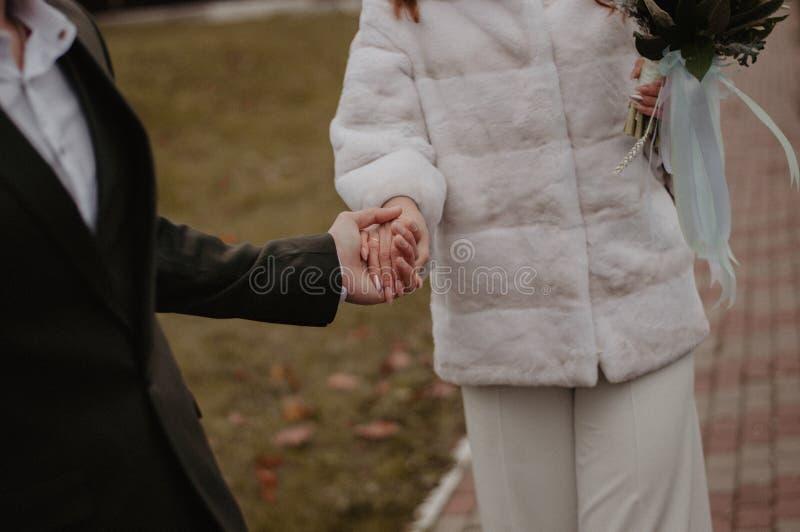 Novia y novio que llevan a cabo las manos después de ceremonia que se casa foto de archivo libre de regalías