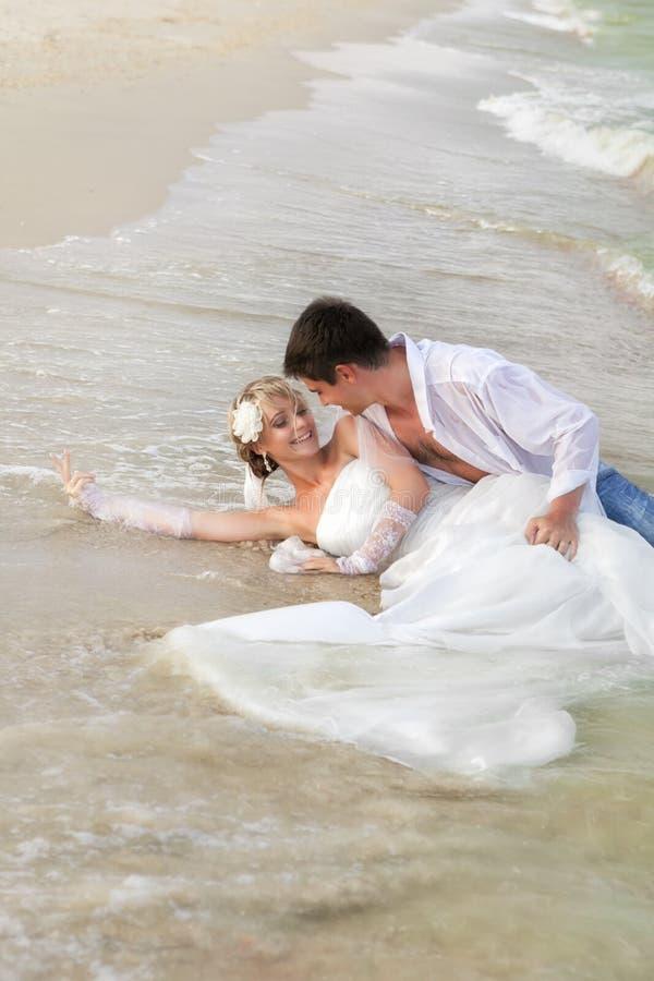 El casarse en la playa fotos de archivo libres de regalías
