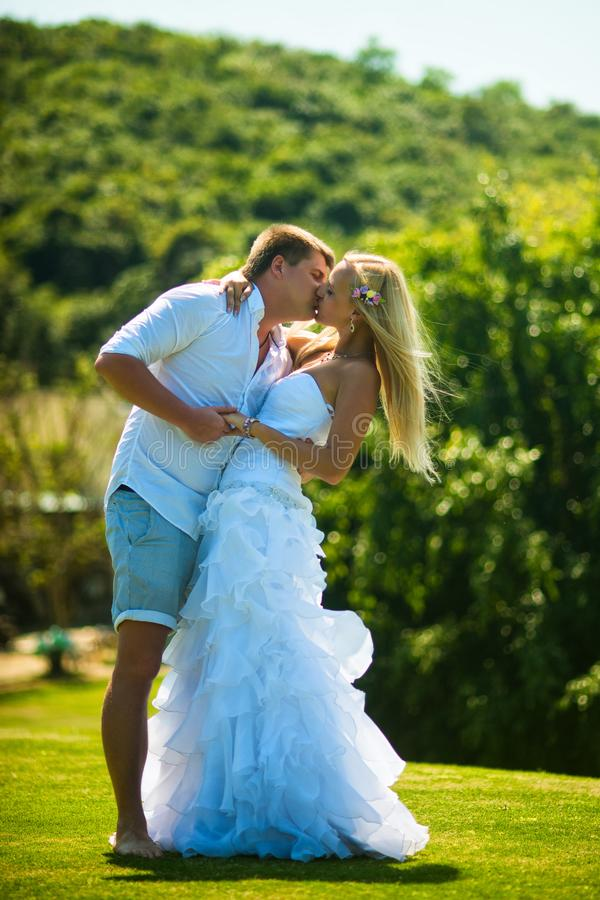 Novia y novio que se besan al aire libre imagen de archivo libre de regalías