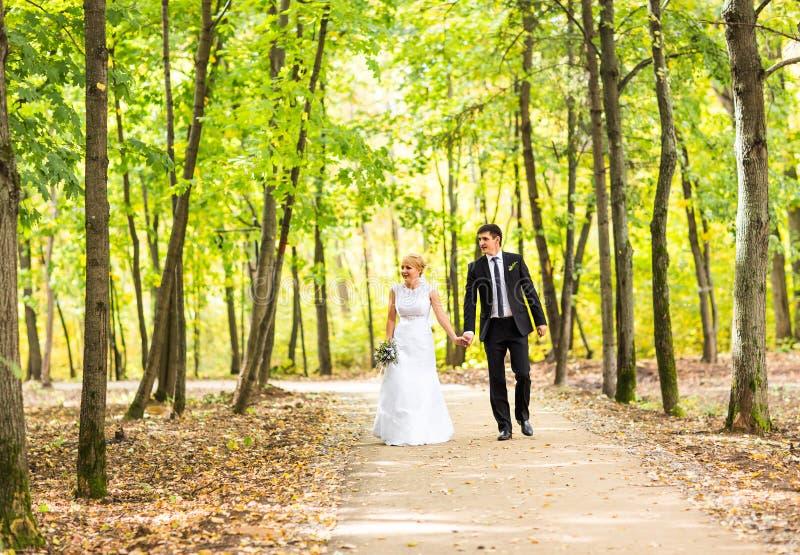 Novia y novio que tienen un momento romántico en su día de boda fotografía de archivo libre de regalías