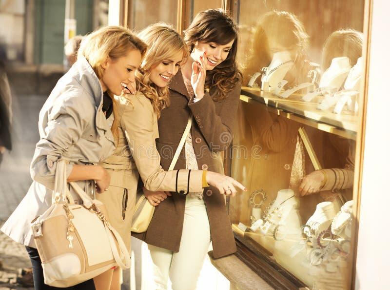 Novias alegres que miran la joyería fotos de archivo libres de regalías
