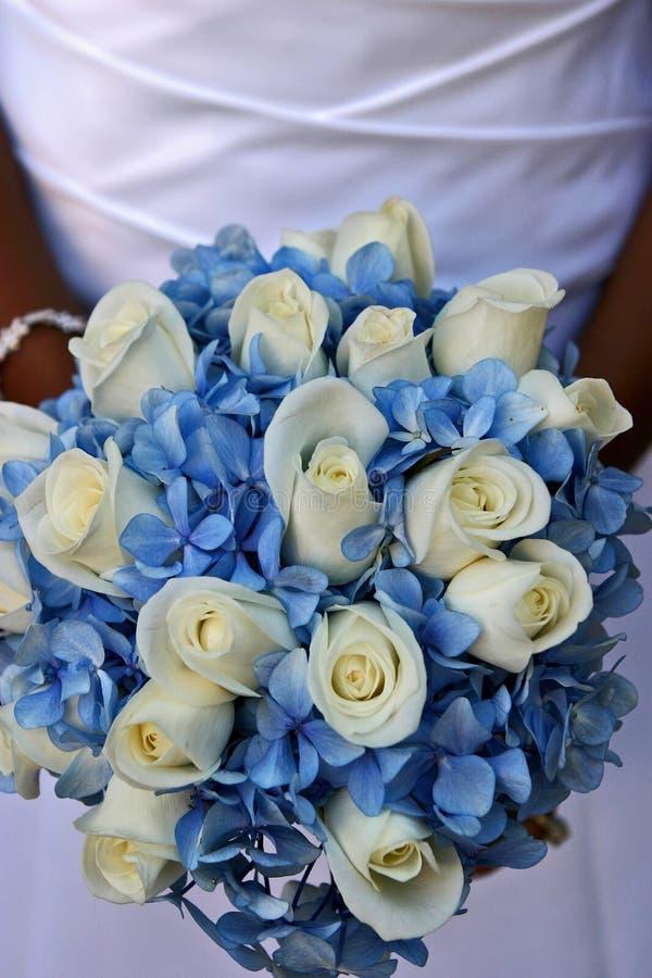 Novias azules y ramo blanco fotos de archivo
