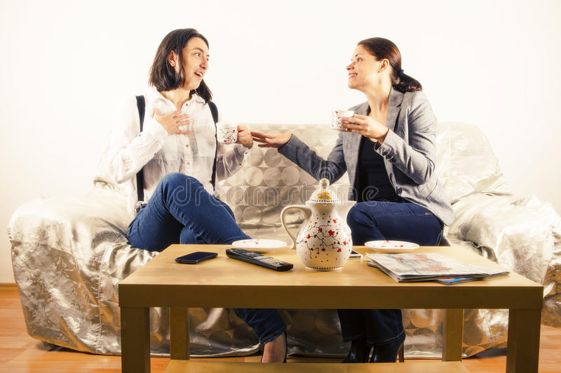 Novias en una conversación imágenes de archivo libres de regalías
