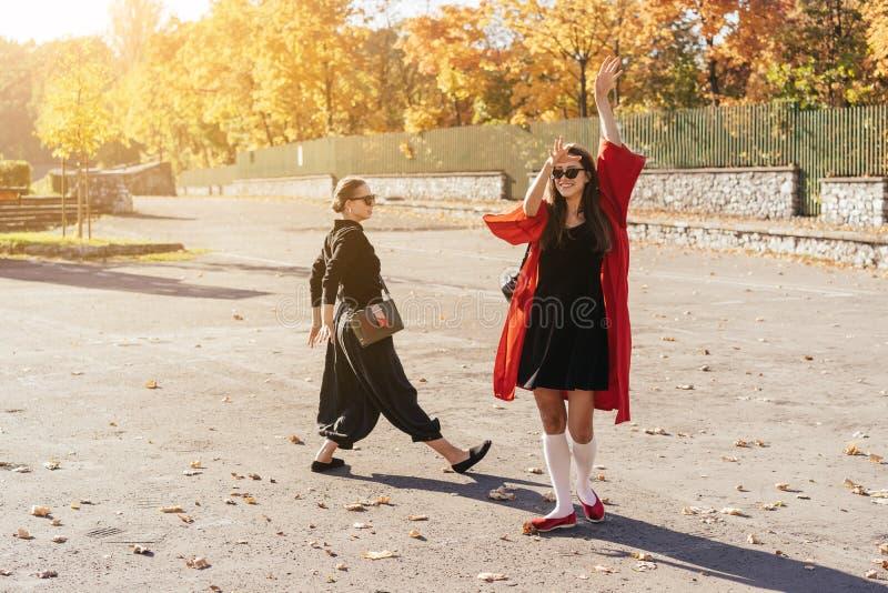 Novias felices hermosas del retrato dos en el parque imagenes de archivo