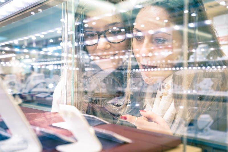 Novias hermosas jovenes en la tienda de joyería - mejores amigos foto de archivo