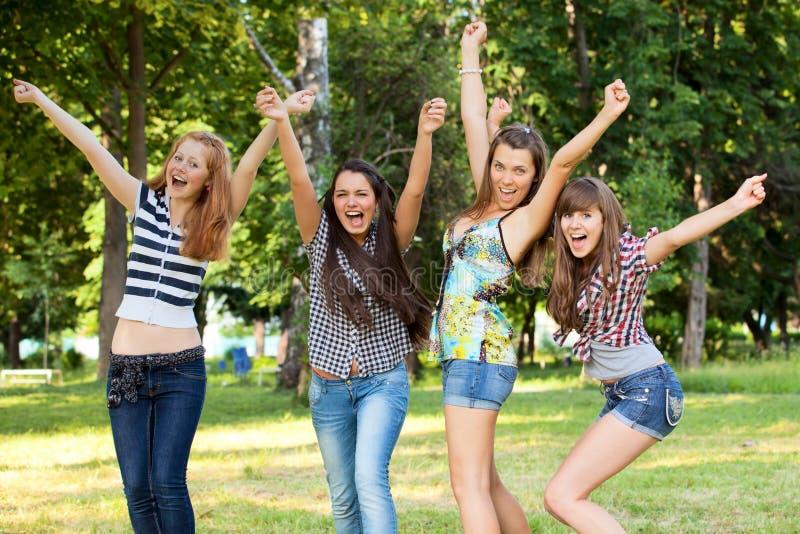 Novias jovenes y atractivas en parque imágenes de archivo libres de regalías