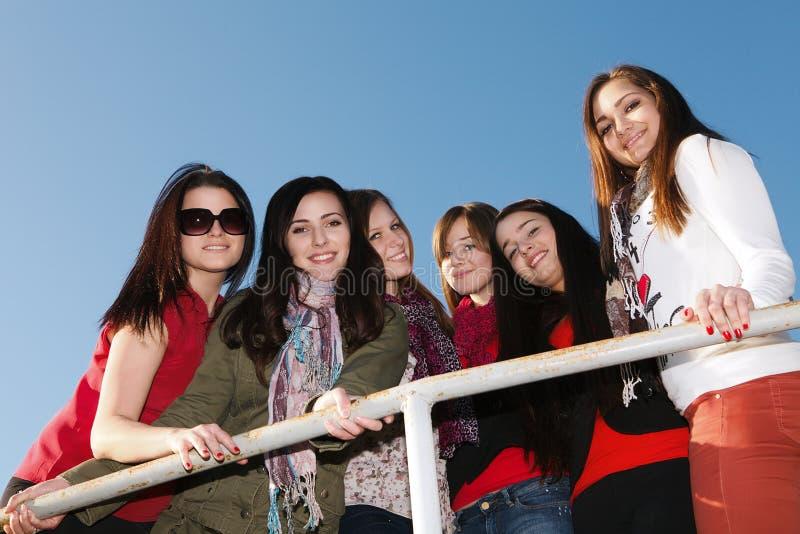 Novias jovenes y atractivas felices fotos de archivo libres de regalías