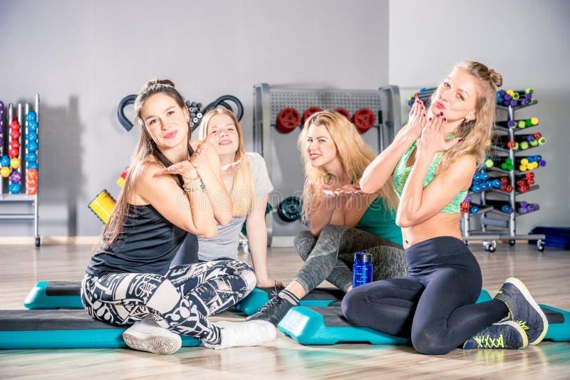 Novias lindas jovenes después de entrenar en la sentada del gimnasio y el res imagen de archivo libre de regalías