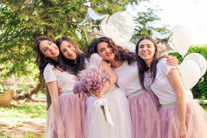 Novias preciosas felices en el partido de gallina foto de archivo