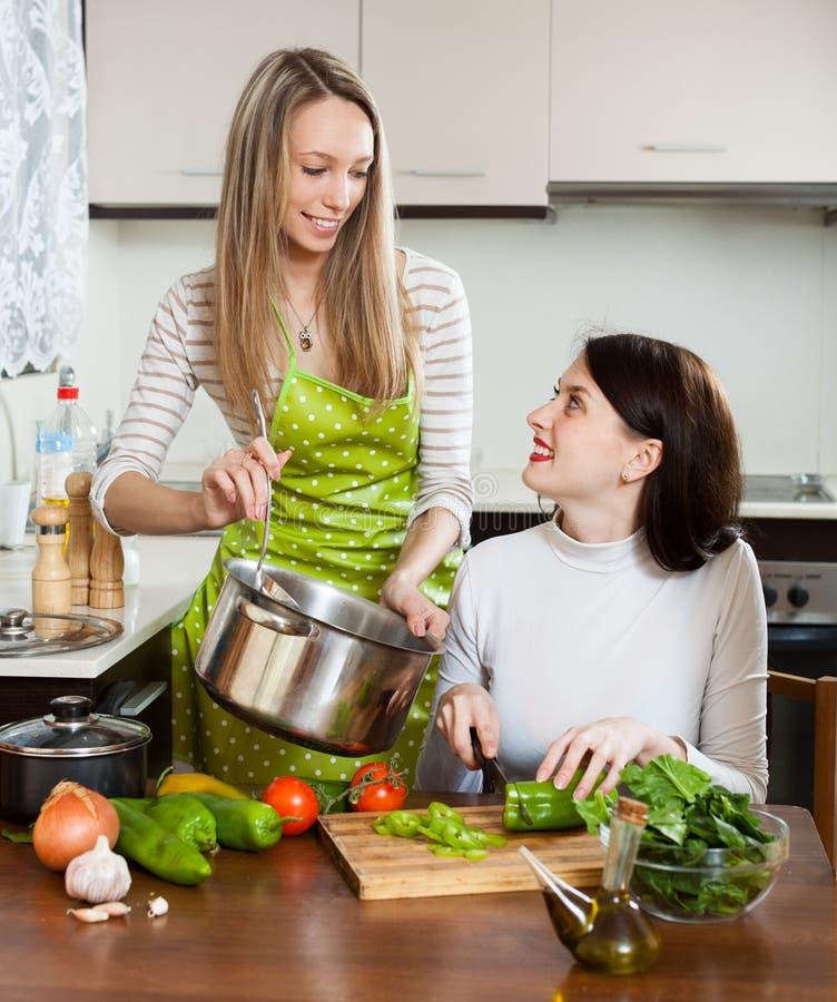 Novias que cocinan junto imagenes de archivo