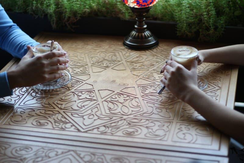 Novias que gozan en café junto Mujeres jovenes que se encuentran en un café encuentro de dos mujeres en un café para el café vest imagen de archivo libre de regalías