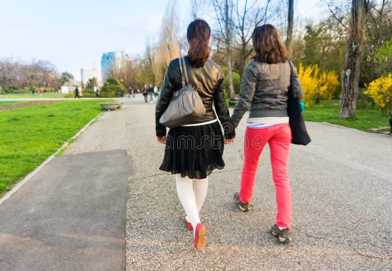 Novias que llevan a cabo las manos foto de archivo