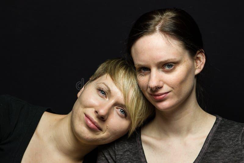 Novias que presentan contra el fondo negro, horizontal imagenes de archivo