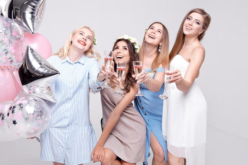 Novias sonrientes que se divierten que celebra el partido de la soltera fotografía de archivo libre de regalías