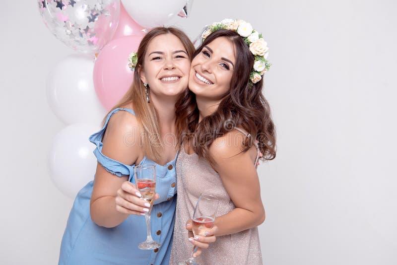 Novias sonrientes que se divierten que celebra el partido de la soltera imagenes de archivo