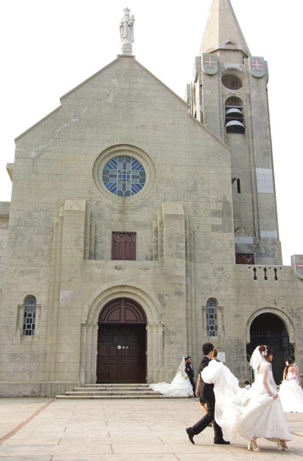 Novias y novios en la boda en iglesia imagenes de archivo
