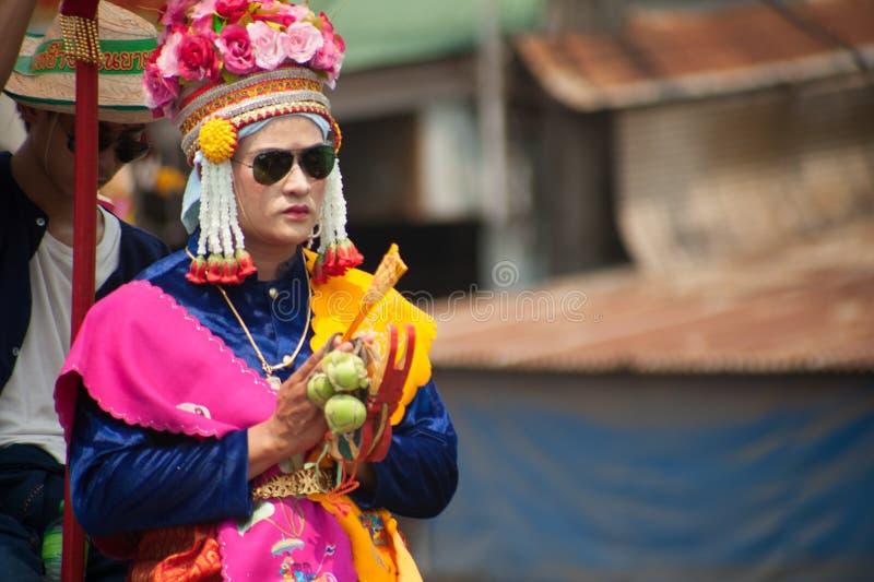 Novice bouddhiste dans la robe traditionnelle dans l'éléphant de SI Satchanalai images stock