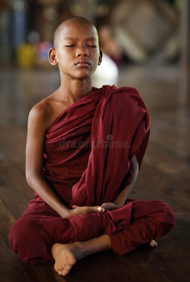 Novice bouddhiste méditant à Yangon, Myanmar photographie stock