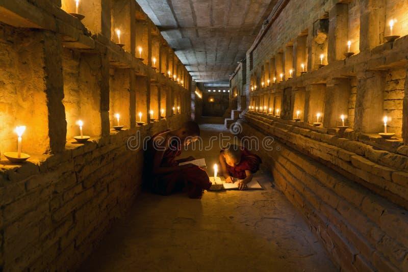 Novice buddhistische Mönche Study Inside Ancient Bagan Temple - Myanmar stockfoto
