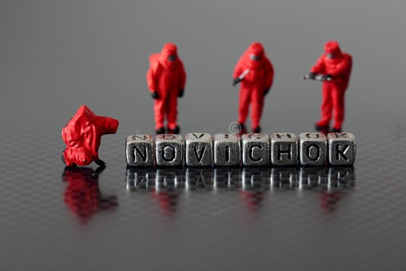 Novichok sur des perles avec une équipe chimique miniature images stock