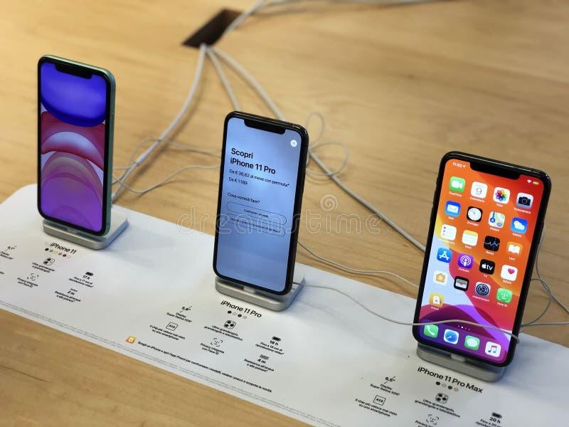 Noviembre de 2019 Bolonia, Italia: Iphone 11 Pro, 11 y Pro Max en la mesa de la tienda de Apple en el primer plano Cierre de Ipho fotografía de archivo libre de regalías
