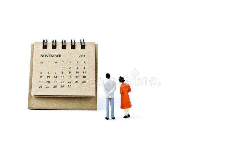 noviembre Haga calendarios la hoja y hombre y mujer plásticos miniatura encendido imagen de archivo libre de regalías