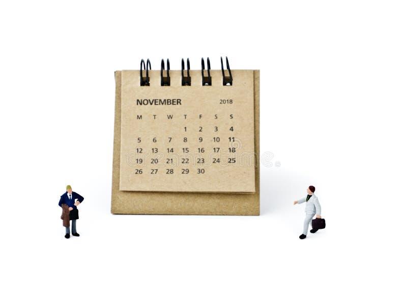 noviembre Haga calendarios la hoja y a los hombres de negocios plásticos miniatura en wh fotografía de archivo