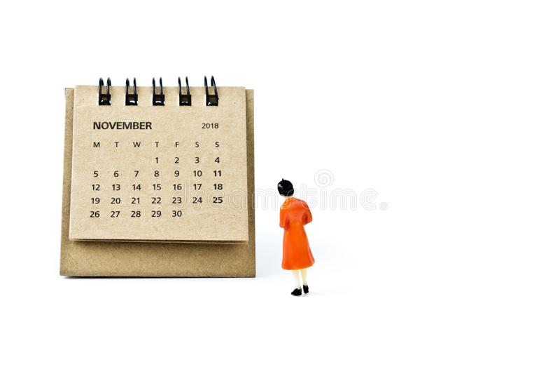 noviembre Haga calendarios la hoja y a la mujer plástica miniatura en los vagos blancos fotografía de archivo