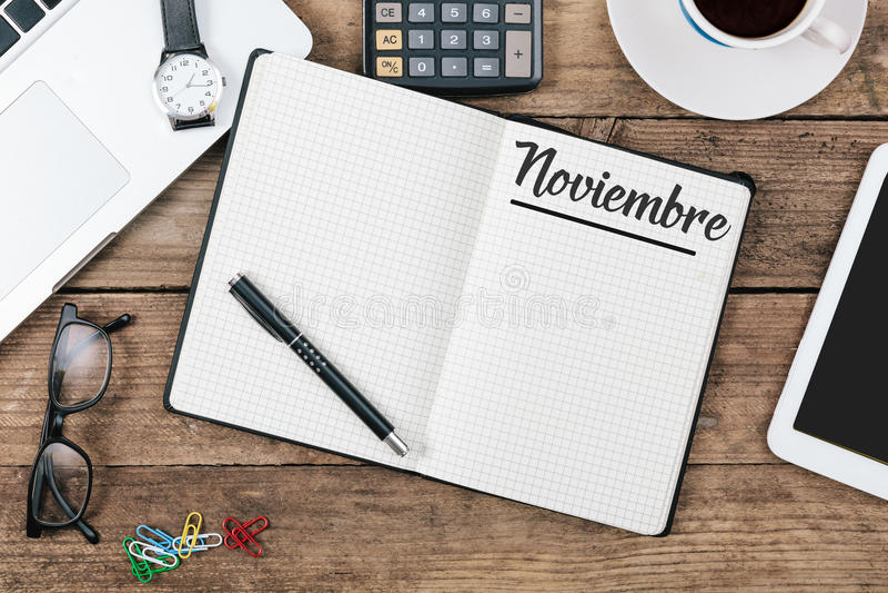 Noviembre hiszpańszczyzn Listopadu miesiąca imię na papierowym nutowym ochraniaczu przy daleko obraz royalty free