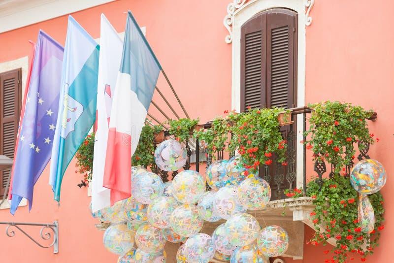 Novigrad Istria, Kroatien - flaggor och beachballs på en pittoresk balkong fotografering för bildbyråer