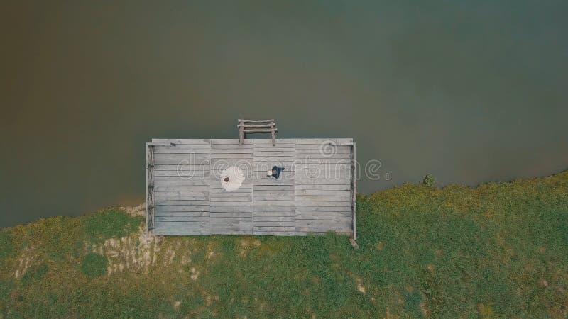 Novio con la novia cerca del lago en el parque Paseo del novio a la novia Tiro a?reo fotografía de archivo