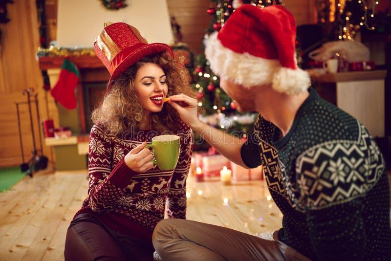 Novio con la novia en la Navidad imagenes de archivo