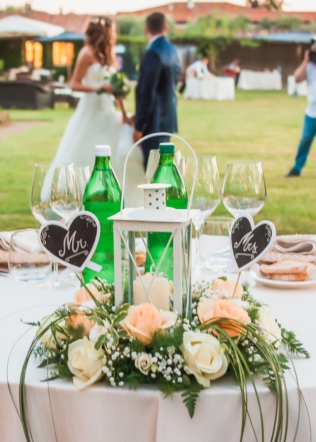 Novio de la boda y la tabla del ` s de la novia Sr. Una vez el hogar de Sr labels fotografía de archivo libre de regalías