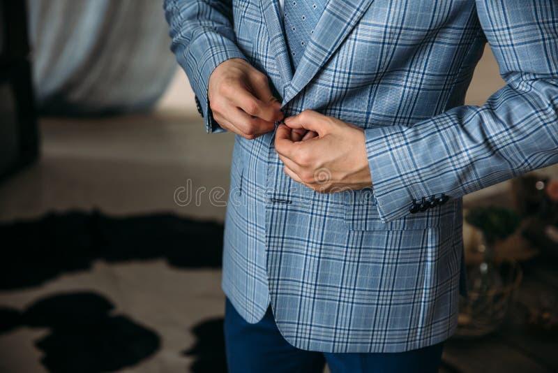 Novio del hombre de negocios del primer que lleva su chaqueta a cuadros azul en la mañana del día de boda Concepto de hombres ele fotos de archivo libres de regalías