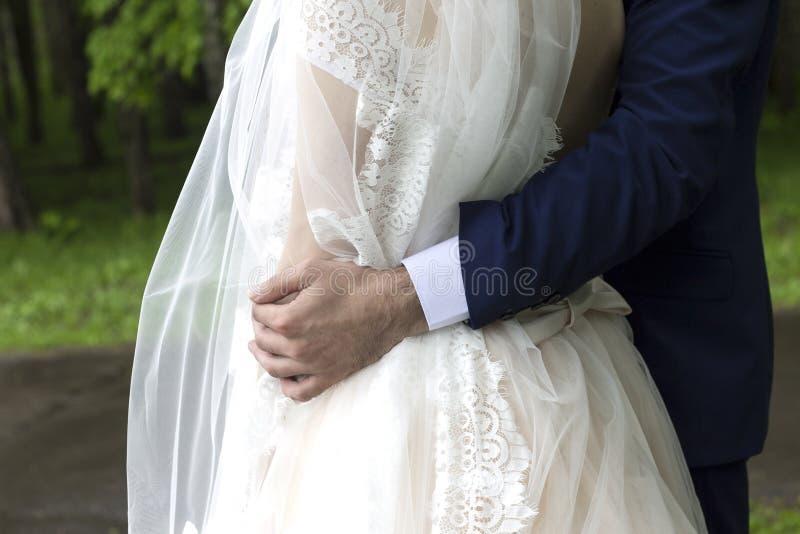 Novio en traje y novia en vestido de boda imagen de archivo