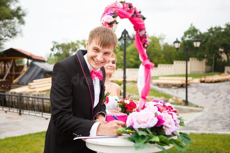 Novio feliz en ceremonia de boda fotografía de archivo libre de regalías
