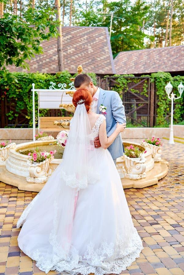 Novio feliz y novia hermosa del pelirrojo en el vestido blanco que baila al aire libre fotos de archivo libres de regalías
