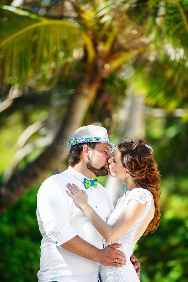 Novio feliz y novia que se divierten en una selva tropical debajo de fotografía de archivo libre de regalías