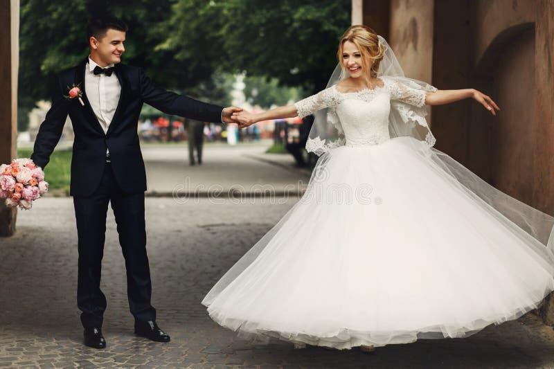 Novio hermoso feliz y novia hermosa rubia en el vestido blanco d fotos de archivo