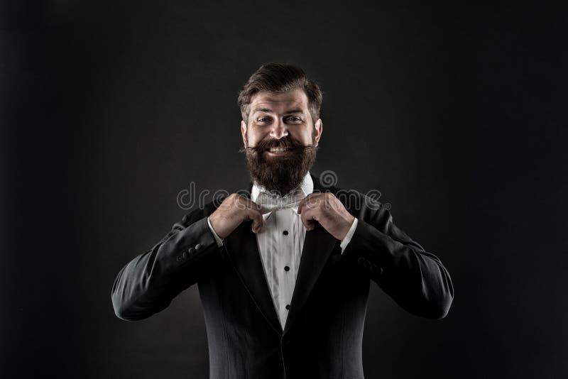 Novio perfecto Hombre barbudo con la corbata de lazo Bien escrupulosamente vestida aseado Smoking formal del traje del inconformi imagenes de archivo