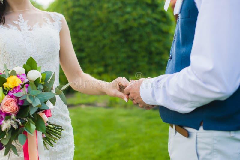 Novio que lleva a cabo la mano de su novia imágenes de archivo libres de regalías