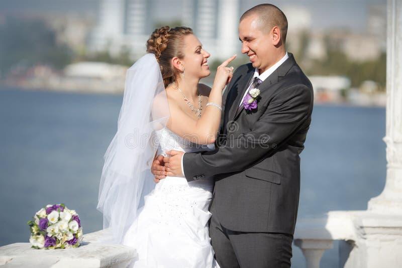 Novio y la novia en una playa imagen de archivo