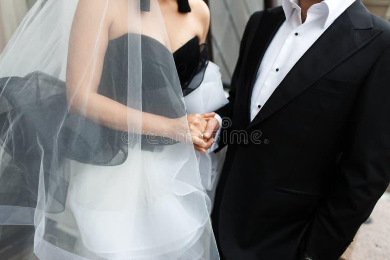Novio y novia blancos y negros con el anillo de compromiso imagen de archivo