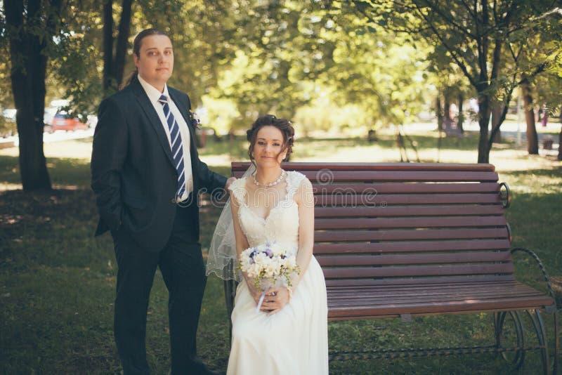 Novio y novia cariñosos imágenes de archivo libres de regalías