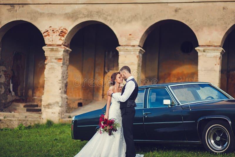 Novio y novia elegantes apacibles fotografía de archivo