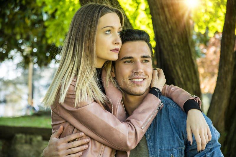 Novio y novia que se colocan que muestran amor romántico fotos de archivo libres de regalías
